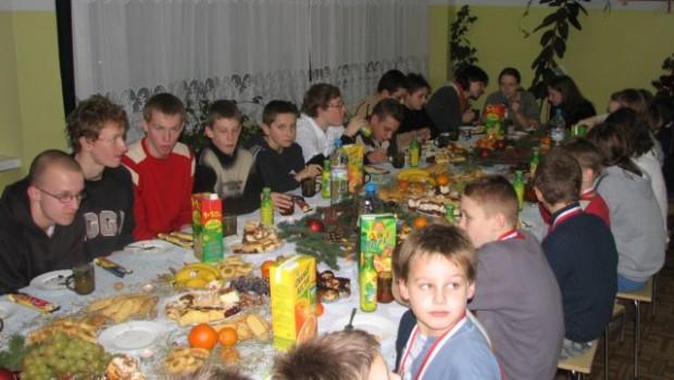Oto zdjęcia z Zawodów Wigilijnych dla najmłodszych członków naszego Klubu i z późniejszego spotkania wigilijnego. Lepiej późno niż wcale.