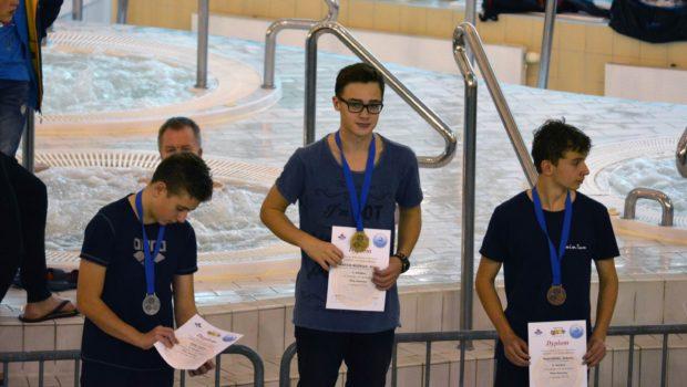 Dwa złote medale zdobył Wiktor Martin-Woźniak w dniu 15.10.2016 na Otwartych Mistrzostwach w Pływaniu w Kołobrzegu. Nasz zawodnik zwyciężył w swoich dwóch zgłoszonych startach. Wiktor wygrał na 50 m st. […]