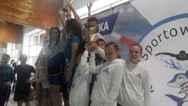 W piątek 31.05.2019r zawodnicy Delfina Toruń bawili się na zawodach pływackich zorganizowanych przez klub Rekiny Osielsko z okazji Dnia Dziecka. Trzynastka pływaków rywalizowała na sprinterskich dystansach z kolegami z województwa. […]